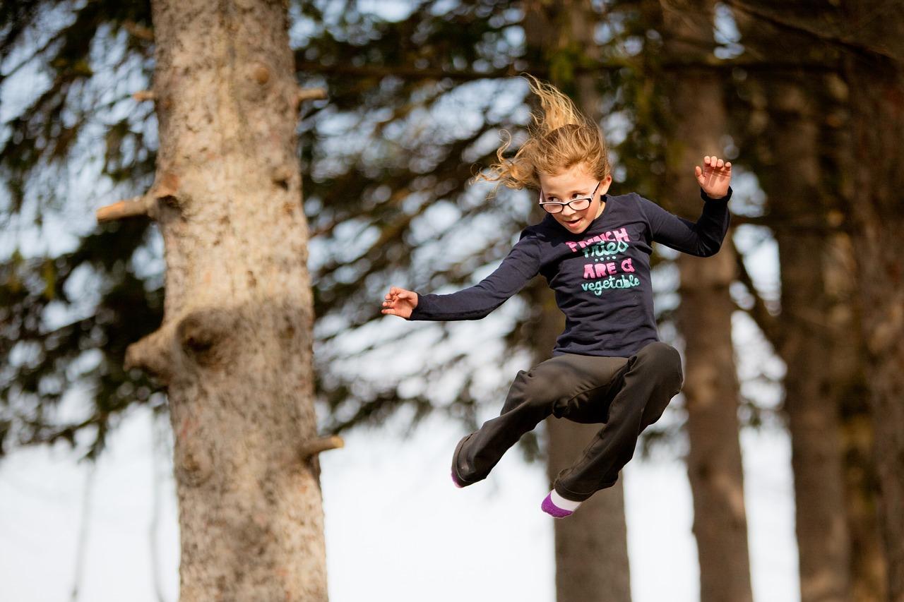 Dívka skáče