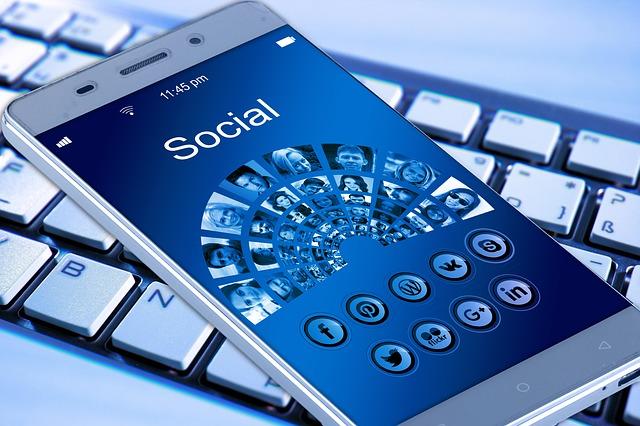 klávesnice pod mobilem.jpg