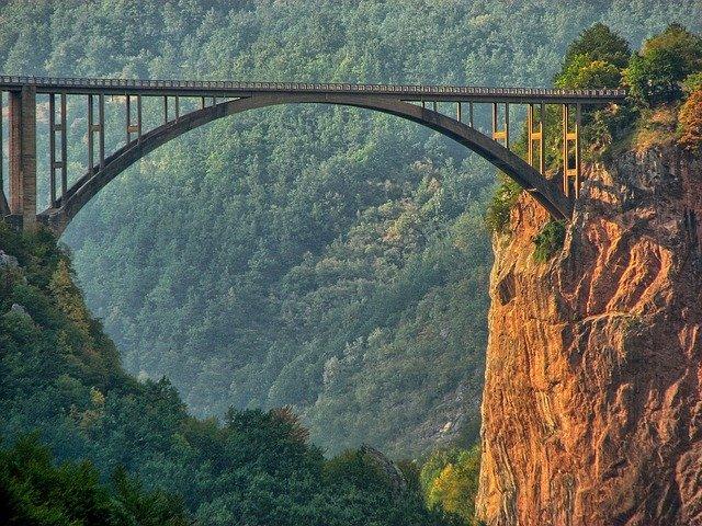 most nad propastí.jpg