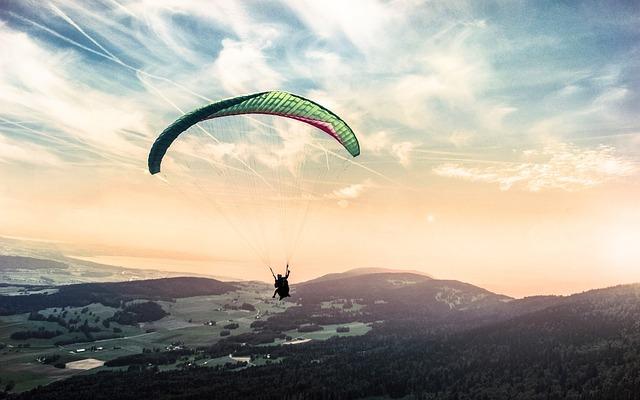 paragliding v horách.jpg