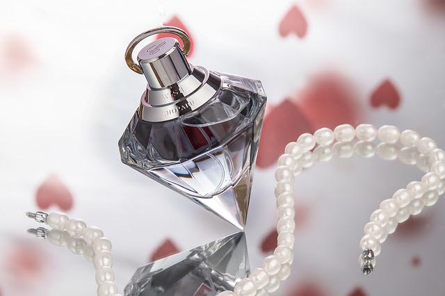parfém a šperk