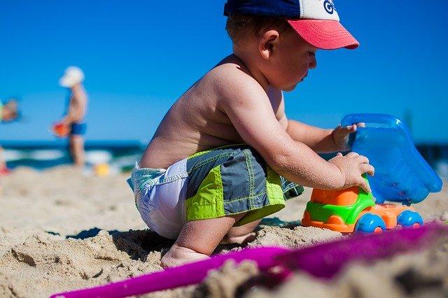chlapeček na písku