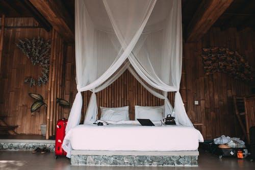 postel dovolená