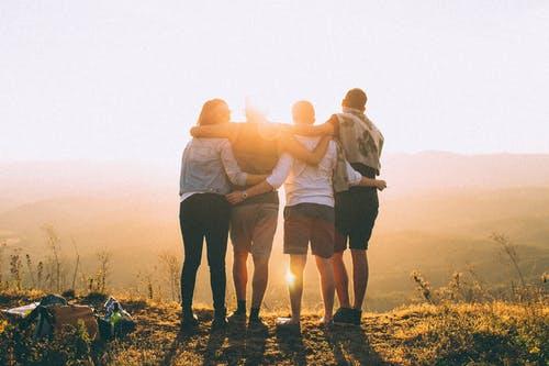 západ slunce s přáteli